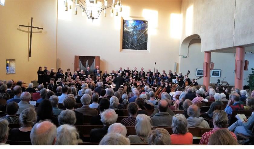Een stampvolle Oosterlichtkerk geniet van het concert.