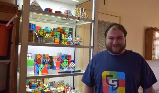 Robin heeft meer dan 200 kubussen in de vitrinekast staan.