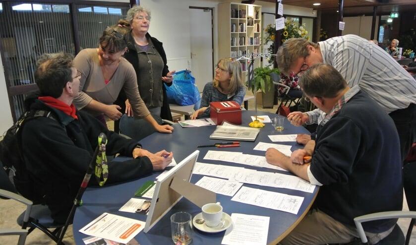 Gezellige drukte bij de ontvangsttafel van het Repair Café. (foto Frans Poot)