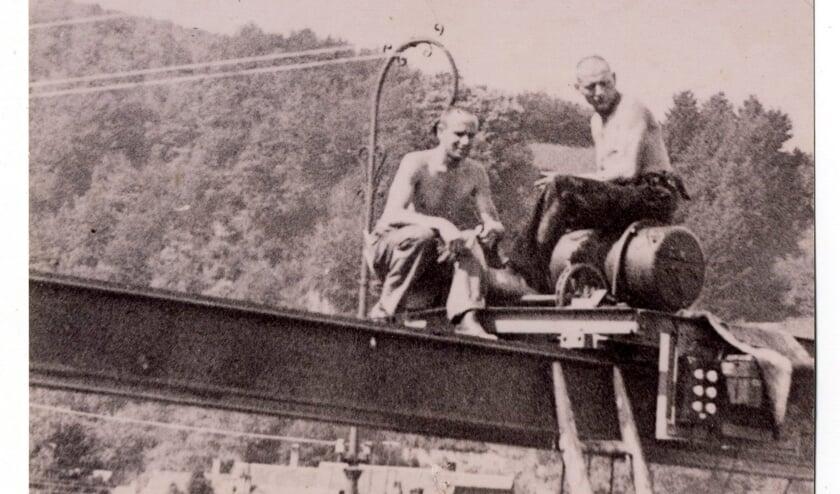 Velo Bierman (links) op een illegale foto in 43/44 gemaakt van buiten het kamp. (foto Historiek.net - online geschiedenismagazine