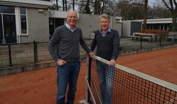 Voorzitter Koos Plomp (l) en secretaris Charles Bruns (r) van de jubilerende tennisvereniging kijken uit naar jubileumactiviteiten.