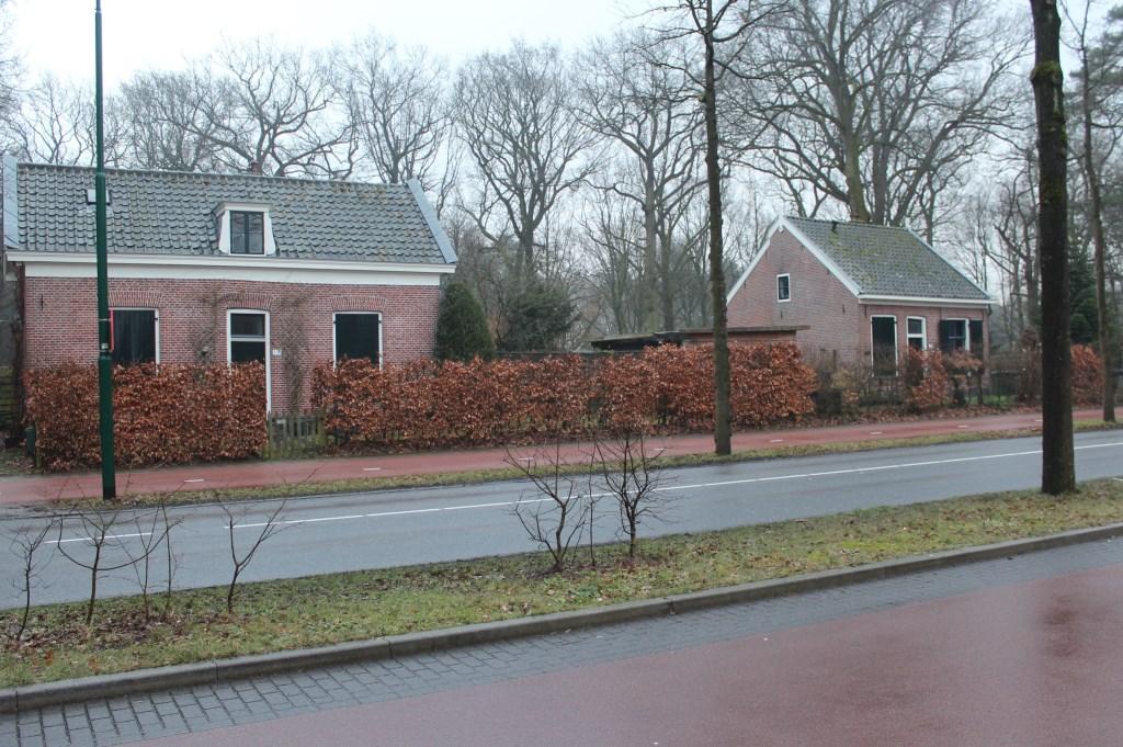 Boebie' Brugsma bewoonde het (linkse) kleine huisje aan de Soestdijkseweg-Zuid (nr. 114). [foto Henk van de Bunt]  © De Vierklank