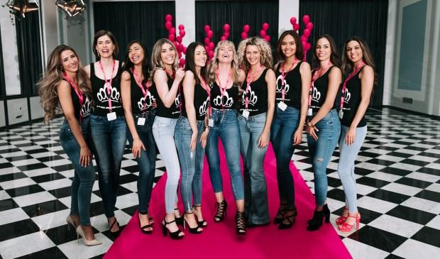 Terry midden tussen de andere finalisten van Miss Nederland. (foto Lisette Lubbers)