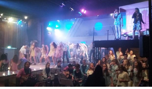 Leerlingen van Het nieuwe Lyceum in de musical 'Mamma Mia'.