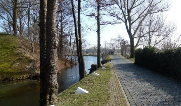 Het grenswegje. In de verte is nog net de A27 zichtbaar met daarachter de Utrechtse wijk Voordorp.  © De Vierklank