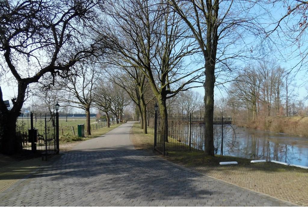 Bij Fort Voordorp loopt de grens langs de zuidzijde van dit in de jaren 1867-1871 aangelegde fort in het kader van de Hollandse Waterlinie.