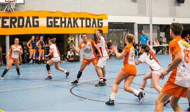 Tweede elftal-speelster Joëlle van Utrecht maakt haar debuut. (foto Wessel Plate)