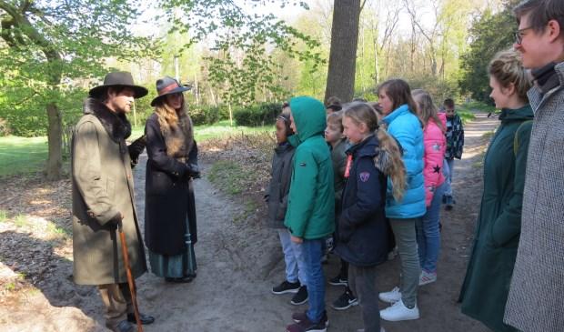 Spelenderwijs krijgen de kinderen informatie over de pracht en praal van het landgoed.