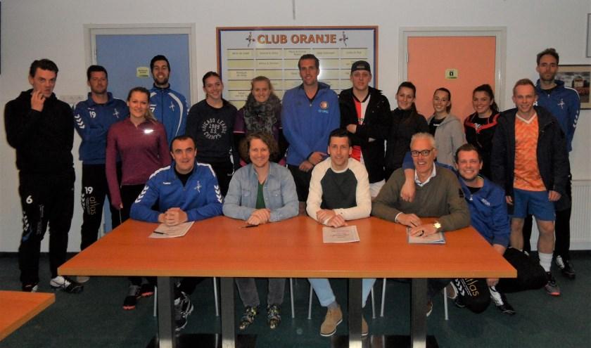 Voor de spelers van de selectie uiterst links Stefan Gringhuis (trainer DOS 2) en derde van links Maarten van Brenk (aanstaand trainer DOS 1) na het ondertekenen van het contract.