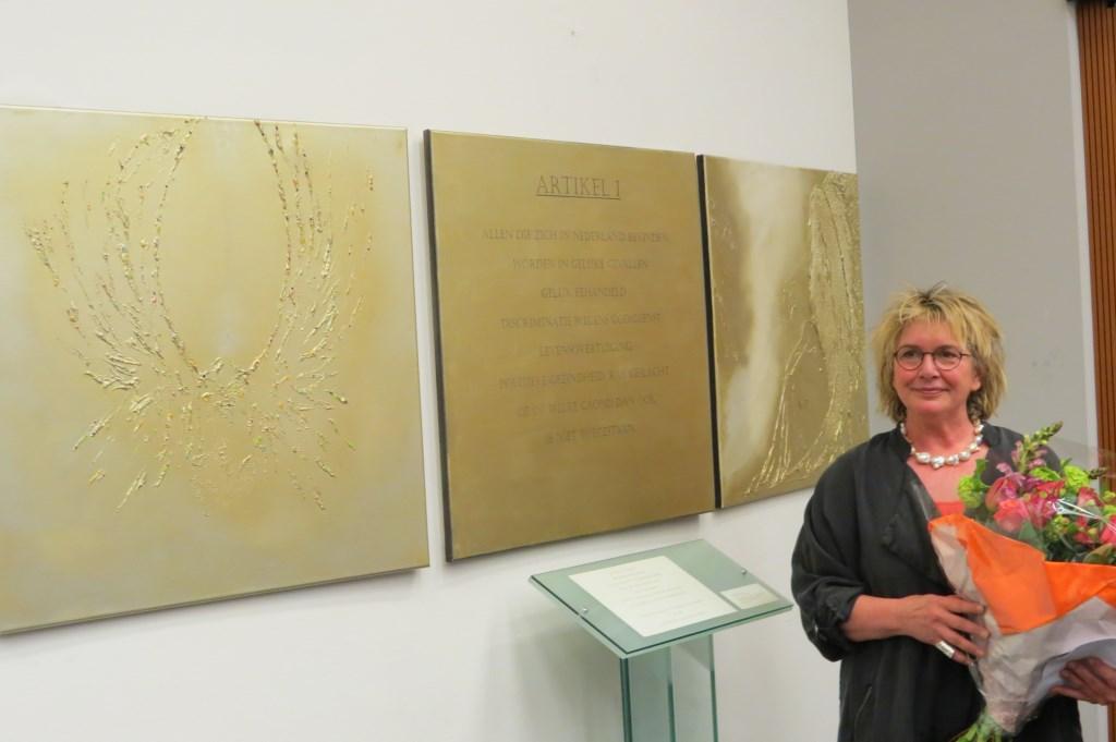 Kunstenares Iris van Haaren bij haar kunstwerk 'De zachte kracht'.