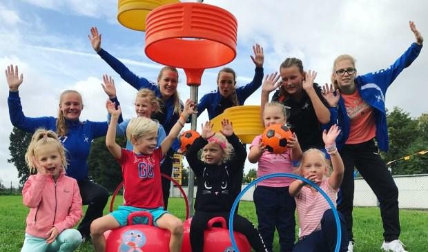 Bij de Kangoeroe Klup van DOS leren kinderen spelenderwijs sporten en samenwerken.