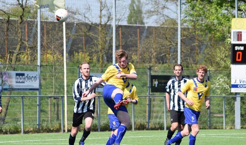 Perry van den Bunt werkt de bal ook tot genoegen van medespeler Danny de Bie doeltreffend weg. (foto Nanne de Vries)