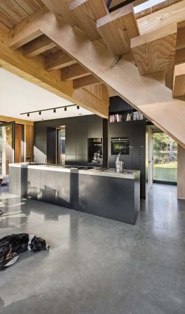Ook het interieur en de keuken zijn door de architect ontworpen. (foto Peter Cuypers)
