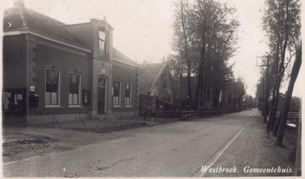 Het voormalig gemeentehuis van Westbroek stond destijds tussen het oude doktershuis en het armenhuis. Omstreeks 1939 is het doktershuis afgebroken en is er een nieuwe woning gebouwd voor het hoofd van de plaatselijke school. Het voormalige gemeentehuis was enkele decennia tot 1993 het hoofdkwartier