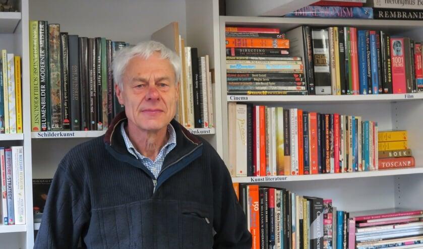 Vrijwilliger Donald Hatch coördineert bij Emmaus de boekenafdeling.