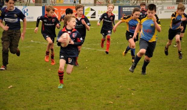 Stichtsche Rugby team plaatst succesvolle aanval.