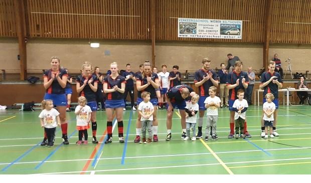 De spelers van NOVA liepen op met de jongste leden van de club, de Kangoeroes.