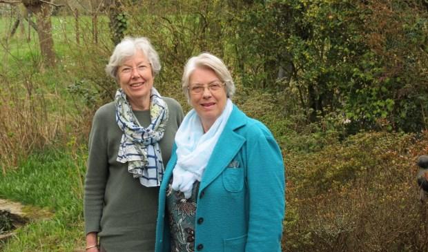 Voorzitter Nettie van der Laan (rechts) en penningmeester Tineke Teutelink.