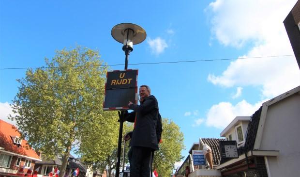 Wethouder André Landwehr wijst op het display, waarop de gereden snelheid zal worden weergegeven. [foto Henk van de Bunt]  © De Vierklank