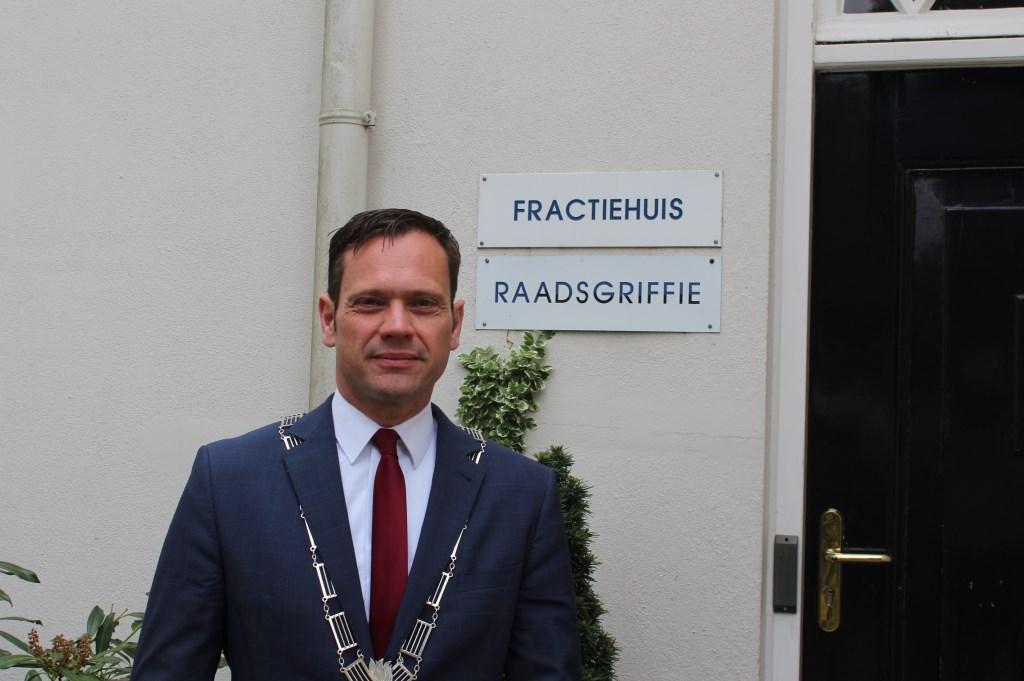 De voorzitter van de gemeenteraad burgemeester Sjoerd Potters bij de ingang van de Biltse Raadsgriffie. Foto: Henk van de Bunt © De Vierklank