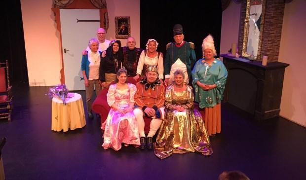 De cast van het in maart uitgevoerde toneelstuk voor kinderen 'Floriana en het wonderflesje'.