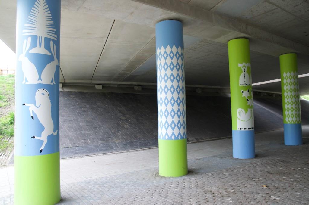 Aan de Dorpsweg in Maartensdijk: Scenes uit Reynaert de Vos op 24 pilaren.