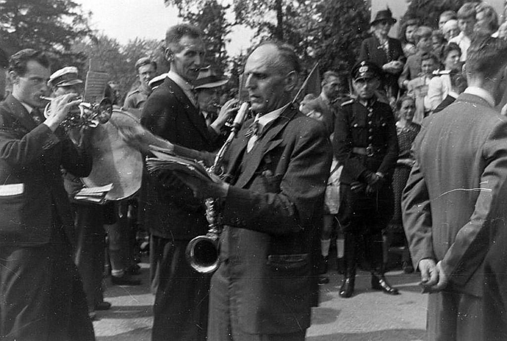 Bevrijdingsconcert door de Koninklijke Biltse Harmonie. (Foto uit collectie D'Oude School) Foto: Picasa © De Vierklank