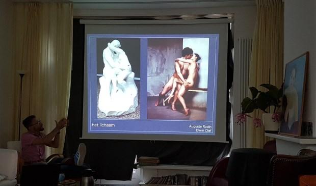 Kunsthistoricus Krzysztof Dobrowolski (met gebroken been) vertelt over Erwin Olafs 'De kus' (rechts), vrij naar Rodin (links).