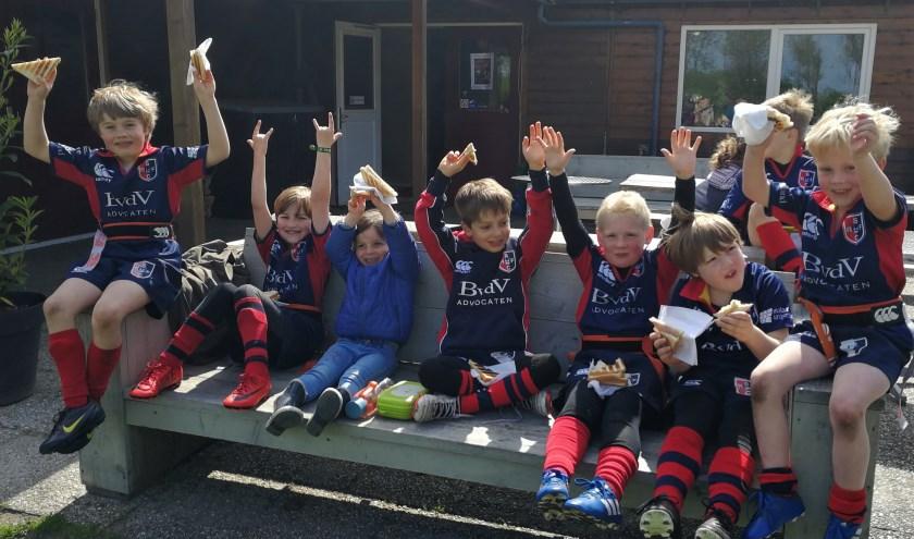 De jongste Stichtsche Rugby jeugd geniet na afloop van de goede prestaties in de heerlijke lentezon.