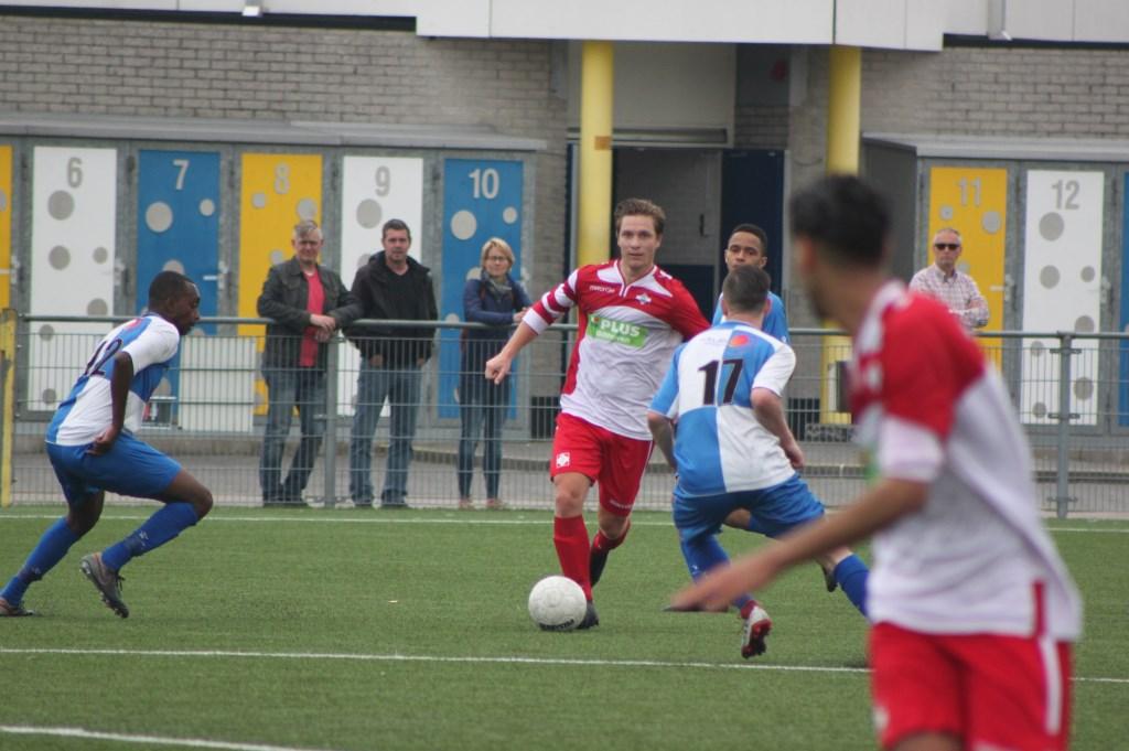 Marcel Melissen bedient Appie Ayoubi.  © De Vierklank
