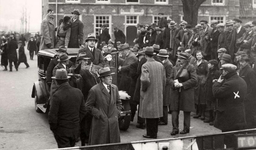 De Bestorming van de tol te Maartensdijk, 30 november 1931. Automobilisten die niet of te weinig wilden betalen, werden tegengehouden door tolgaarder Van Rooijen (met kruis).