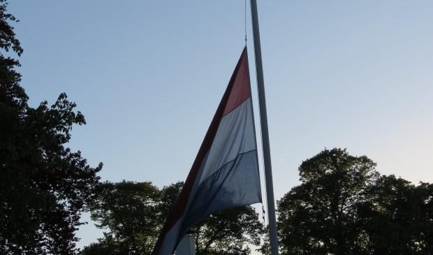 De Nederlandse driekleur halfstok bij het oorlogsmonument.  © De Vierklank