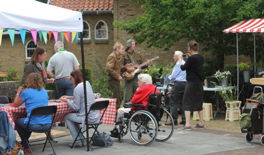 Er was livemuziek van de Sunshine Soldiers naast lekker eten en drinken. [foto Reyn Schuurman]