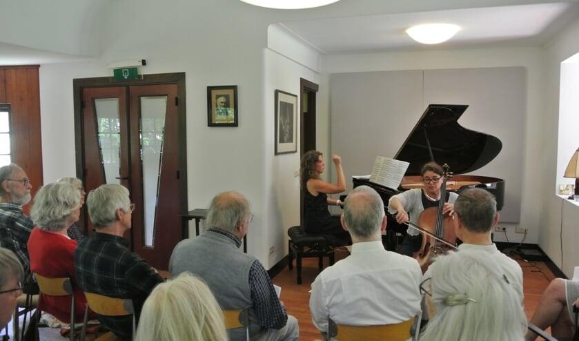 Het koffieconcert van zondag 2 juni werd verzorgd door celliste Mariette Landheer en pianiste Angelique Heemsbergen.