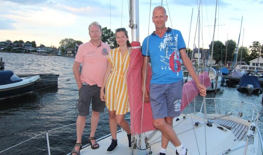 V.l.n.r. Edwin Plug, Natasha de Wit en Frans de Wit op de boot van Natasha: De inschrijving staat open voor kajuit- en open zeilboten.