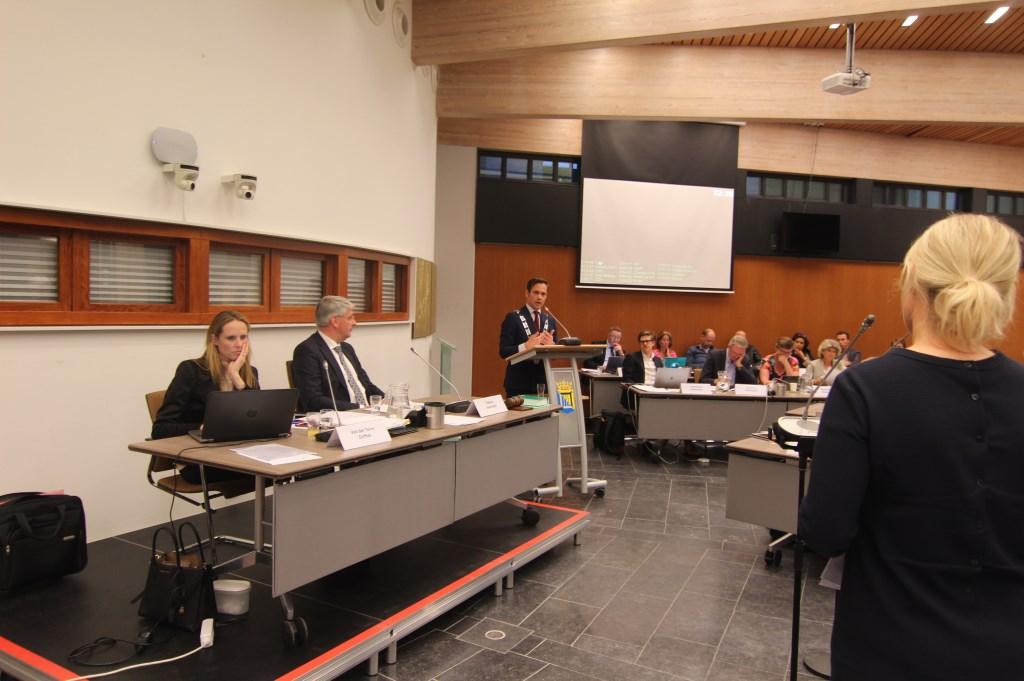 Als burgemeester Sjoerd Potters het beleid moet verdedigen, wordt hij in de voorzittersrol vervangen door raadslid Johan Slootweg  © De Vierklank