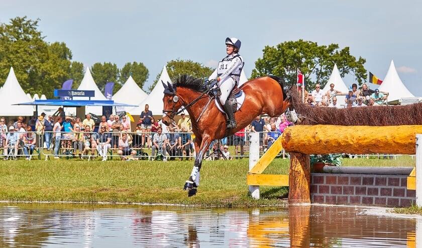 Lucy Groenen springt met haar 8-jarige Gyon over de heg het water in. (foto eventingfoto.com)