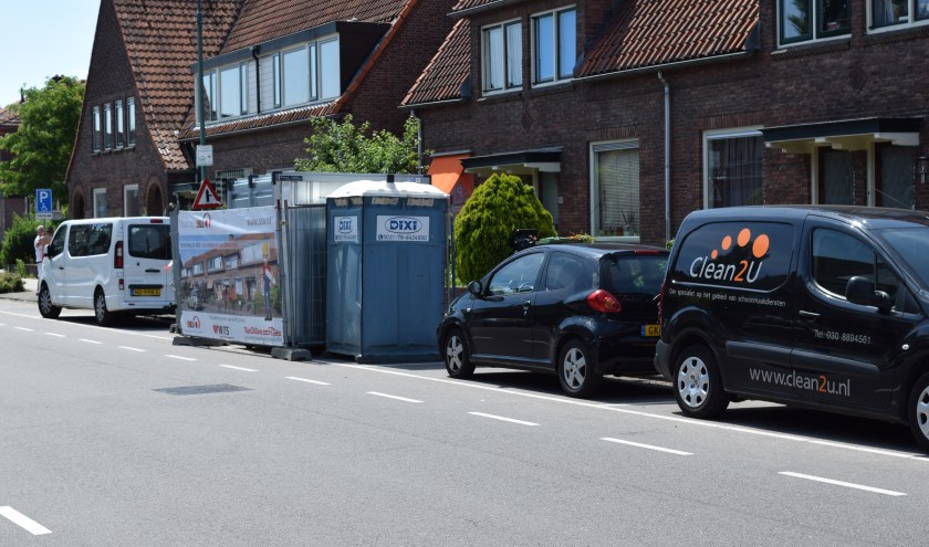 Er wordt druk gewerkt bij de 28 huurwoningen aan de Hessenweg in De Bilt tijdens de ingrijpende opknapbeurt. [foto Walter Eijndhoven]