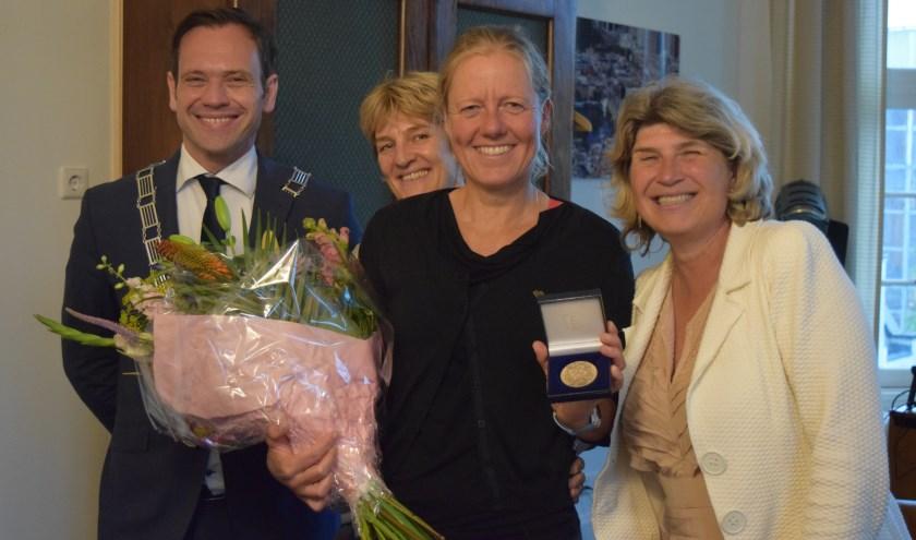 Na ruim 66 uur bereikte Jacomina Eijkelboom de finish in Parijs, met v.l.n.r. burgemeester Sjoerd Potters, begeleidster Marinka, Jacomina Eijkelboom en sportwethouder Madeleine Bakker-Smit.