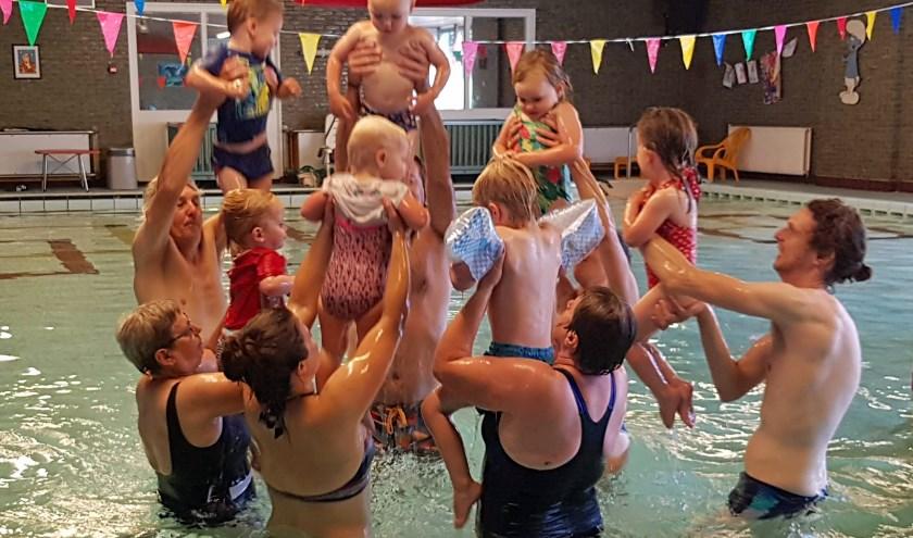 Ouder en Kind zwemmen tijdens het Guppy afzwemmen in Combibad Brandenburg.
