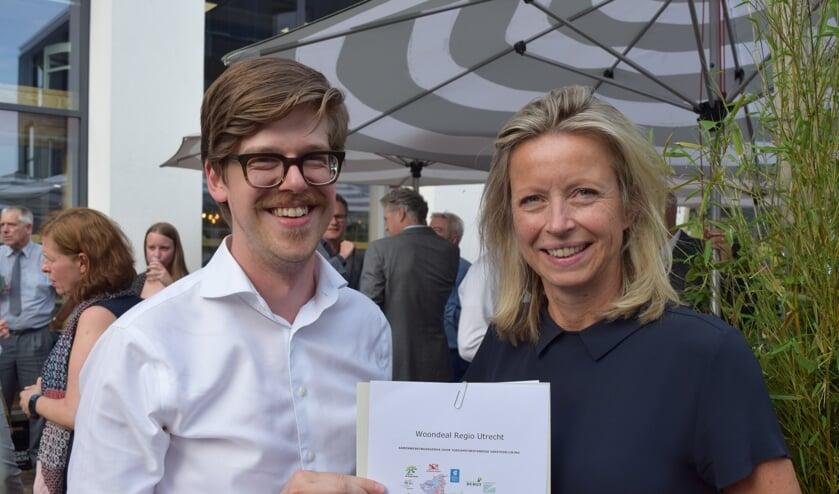 Ook De Bilt heeft de Woondeal ondertekend, links wethouder Dolf Smolenaers en rechts minister Kajsa Ollongren.