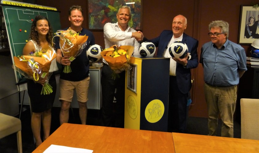V.l.n.r. Esther Promes, Bas Geitenbeek (sponsorcommissie SVM), Meine Breemhaar, Frans van der Tol en Hans Nauta (sponsorcommissie SVM). [foto Kees Diepenveen]