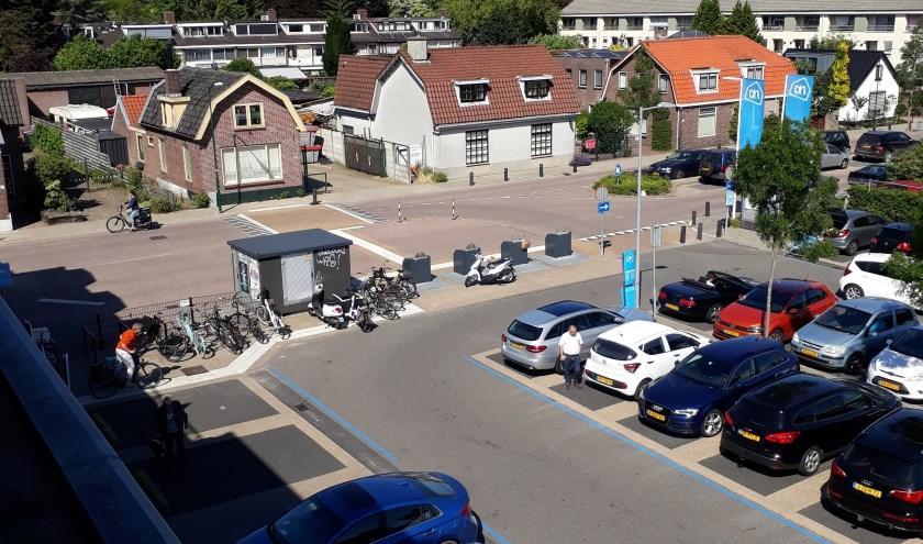 De witte geribbelde tegels behoren visueel beperkten een vrije doorgang te verschaffen en zijn niet bedoelt als parkeerplaats.