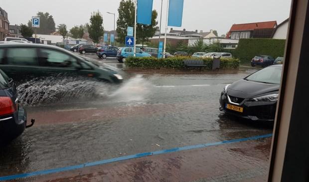 Naast een filmpje maakte schoenmaker Gijsbert van der Meyden (Looydijk) deze foto van de vele regen die zo kort en hevig moest worden verwerkt.   © De Vierklank