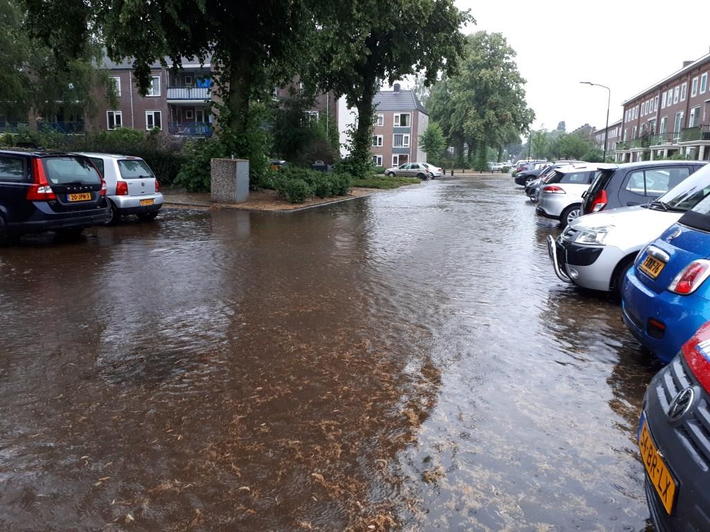 Plutolaan in Bilthoven veranderd in zwembad. (foto Janny Smits)   © De Vierklank