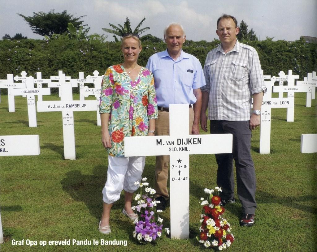 Hans van Dijken met zijn kinderen bij het graf van zijn vader op Ereveld Pandu in Bandung.  © De Vierklank