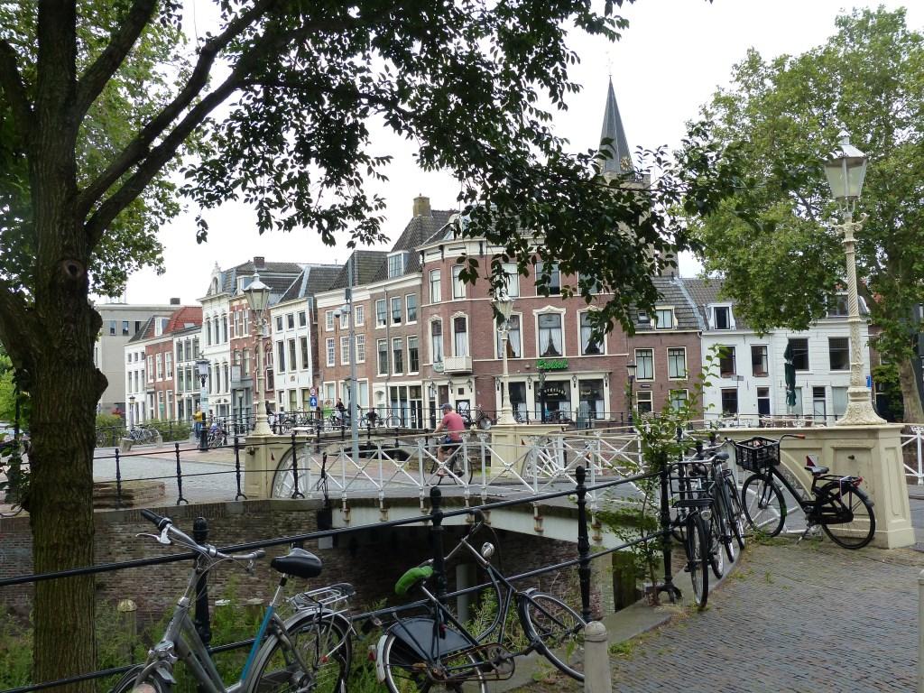 Het begin van de Oude Gracht met in het midden café Weerdzicht.  © De Vierklank
