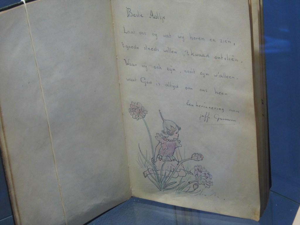 Een bladzijde uit het album van ene Aaltje met een versje en tekening van Doeke Grimm.  © De Vierklank