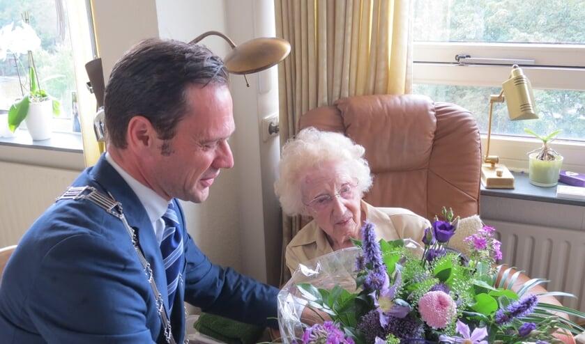 Burgemeester Sjoerd Potters feliciteert de 106-jarige namens het gemeentebestuur.