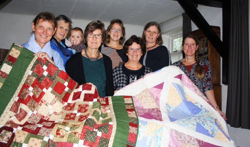 • De quiltgroep, met v.l.n.r. Joke, Ria (met kleinkind op arm), Frieda, Paula, Corrie, Corine en Ditta. Foto: Mieneke Lever-van Dieren